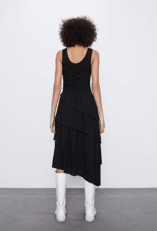 Актуальное черное платье с воланами от zara
