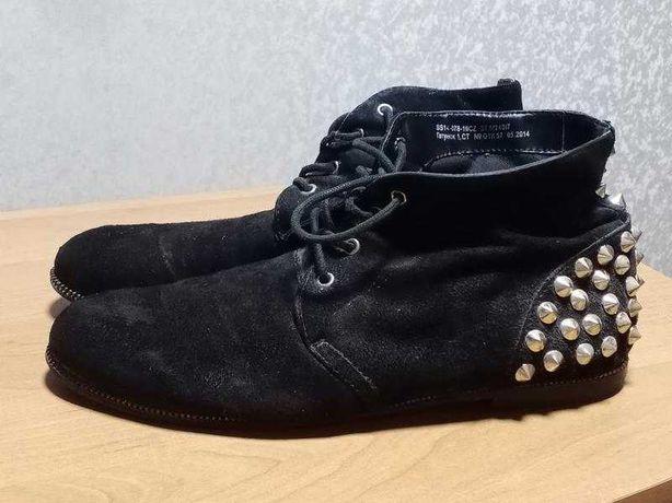 Черные ботинки с шипами