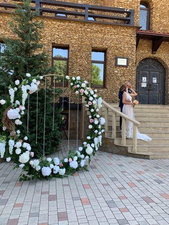 Свадебная арка, стол молодых, фотозона