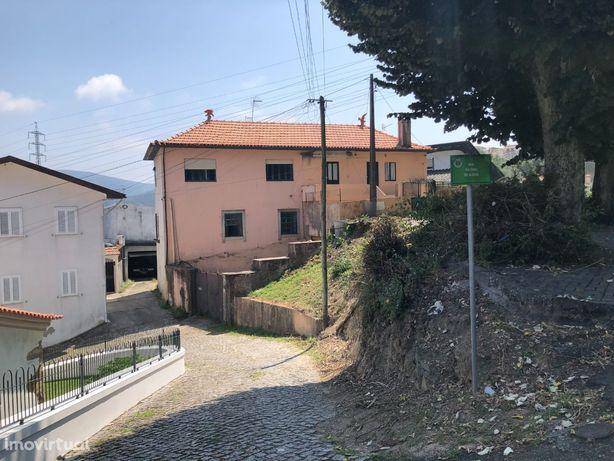 Vende-se moradia no Pinheiro Manso com 5 utilizações independentes