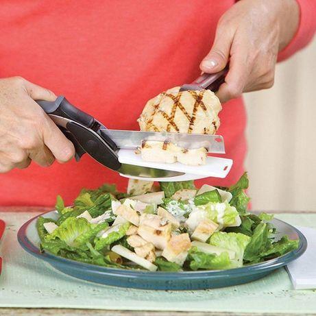 Faca de cozinha com placa de corte em tesoura .