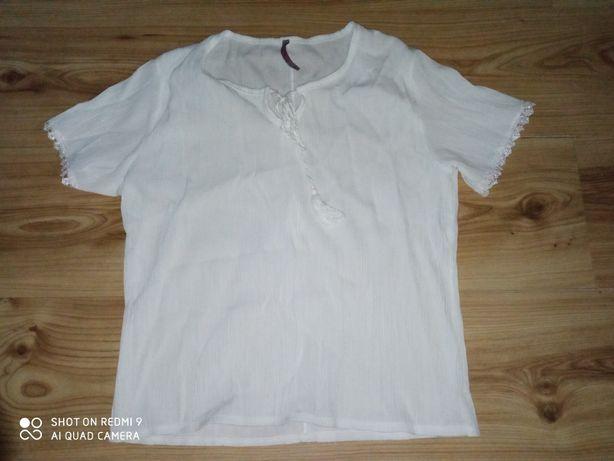 Biała koszulka z lekkim rozcięciem na dekolcie.