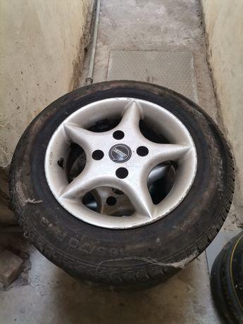 Jantes 13 com pneus em bom estado.