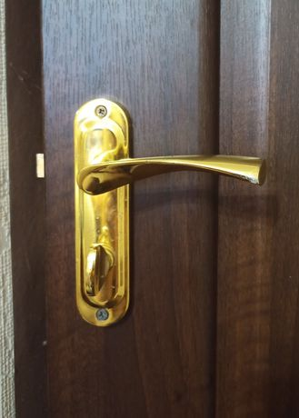 Дверные ручки на планке со щеколдой на межкомнатную дверь