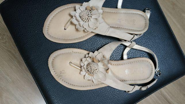 Sandałki z kwiatkiem