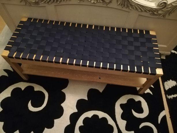 Użyteczna ławeczka przy łóżku.