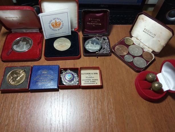 Английские монеты и медали в коробах Виндзор Фунбол Позолота пуговицы