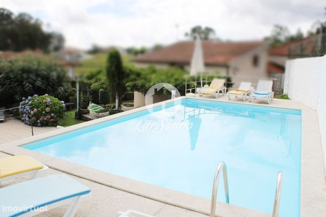 Moradia M4 com piscina e jardim amplo