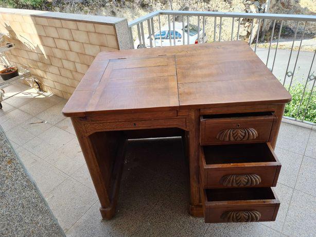 Vendo  móvel secretária antiga restaurada  está  em muito  bom estado