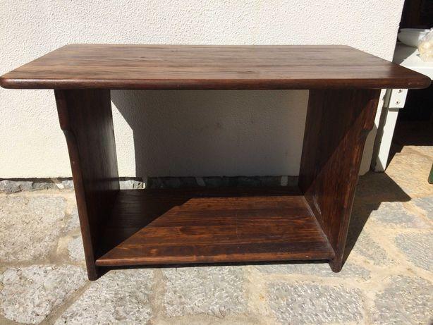 Mesa em madeira muito resistente