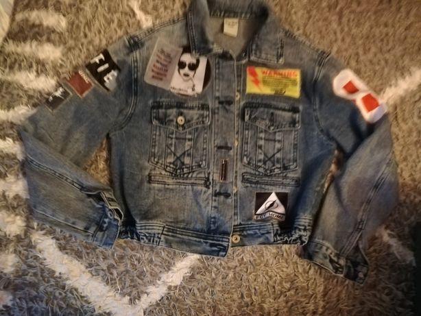 Poekna kurtka jeansowa z naszywkami stylowa