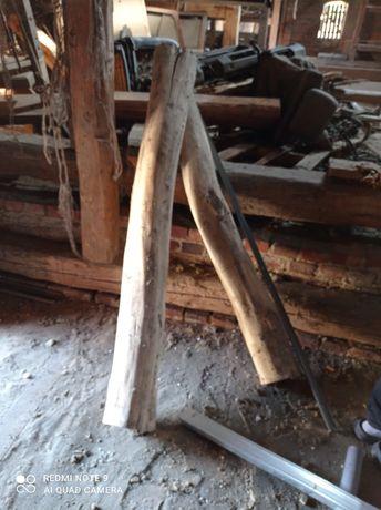 Drewniane bale, grube słupki,