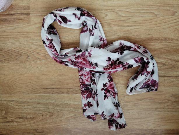 Biały szal w róże