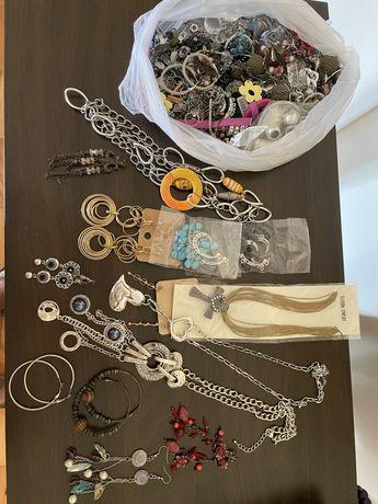 Coleção de colares e brincos de várias cores e modelos