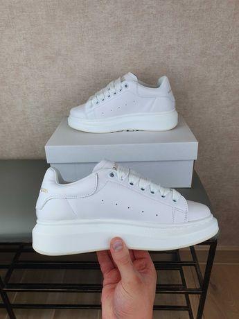 Женские кроссовки Маквины Alexander McQueen белые. Обувь женская
