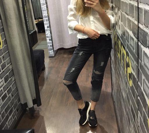 Серые рваные модные джинсы, укорочённые джинсы, джинсы бойфренды.