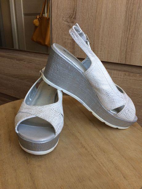 Nowe skórzane sandały na koturnie, lekkie