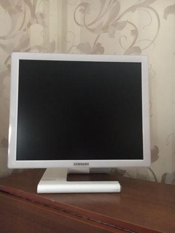 Монитор Samsung SyncMaster 971P - белый