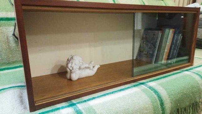 Полка для книг со стеклами
