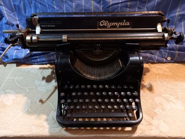 Stara zabytkowa maszyna do pisania Olympia, MOD. 8