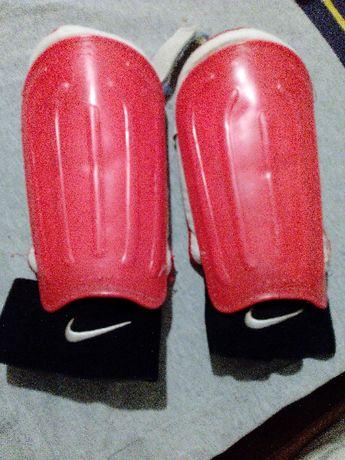 Ochraniacze piłkarskie, Nike z osłoną kostki