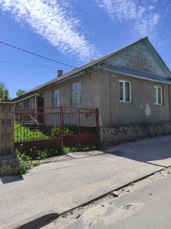 Продається ділянка з будинком в центрі Почаєва