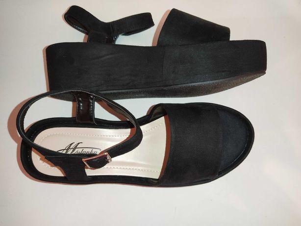 Czarne sandały na platformie koturnie