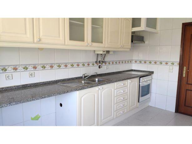 Elementos Cozinha - bancada, lava loiça , torneira, forno e fogão