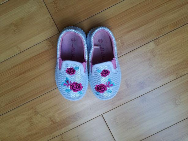 Buty dziecięce w rozmiarze 20