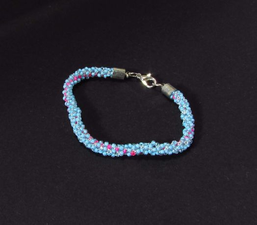 bransoletka z koralików błekitna niebieska zapinana sznur koraliki
