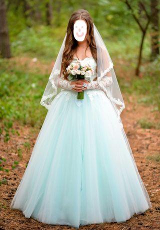 Шикарное свадебное белое платье с кружевом и нежным бирюзовым принтом