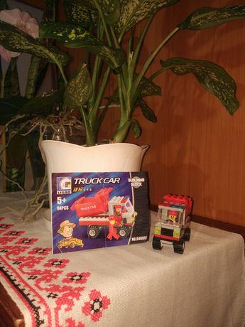 Зібрана машина з набору Лего.