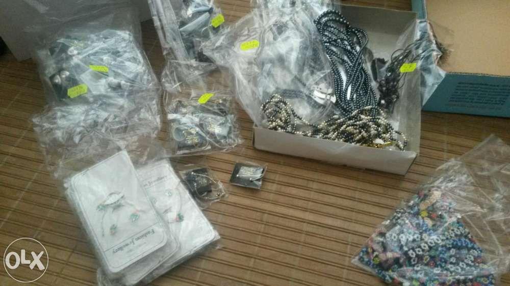 Vendo conjunto de mais de 70 bijuterias novas. Chafé - imagem 1