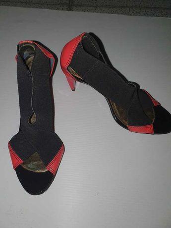 Sapato com salto alto de senhora