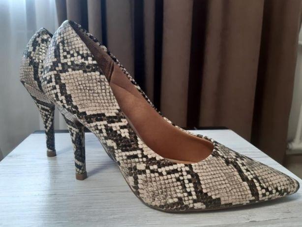 Туфли с змеиным принтом