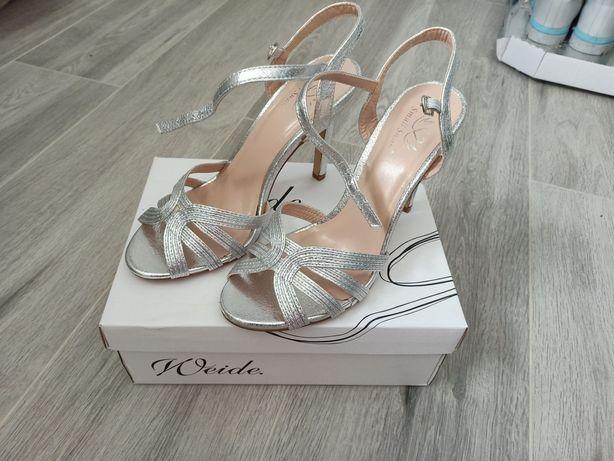 Eleganckie srebrne szpilki, sandałki