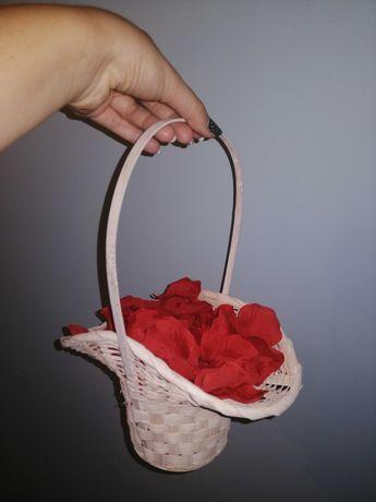 Koszyk z płatkami róż