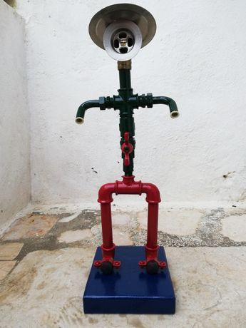 Estatueta peça de decoração (executada com acessórios de canalização)