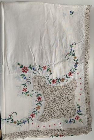 Toalha de mesa de crochet e bordada.