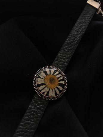 Браслет с элементом украшения из эпоксидной смолы и сухоцветом