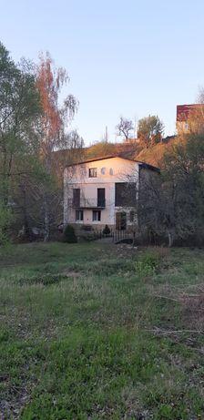 Новая цена! Продаётся имение с небольшим домом под холмом