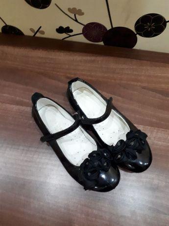 Продам черные кожаные туфли на девочку р.34.