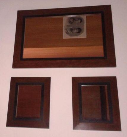 Conjunto de três espelhos de parede, com moldura em madeira maciça