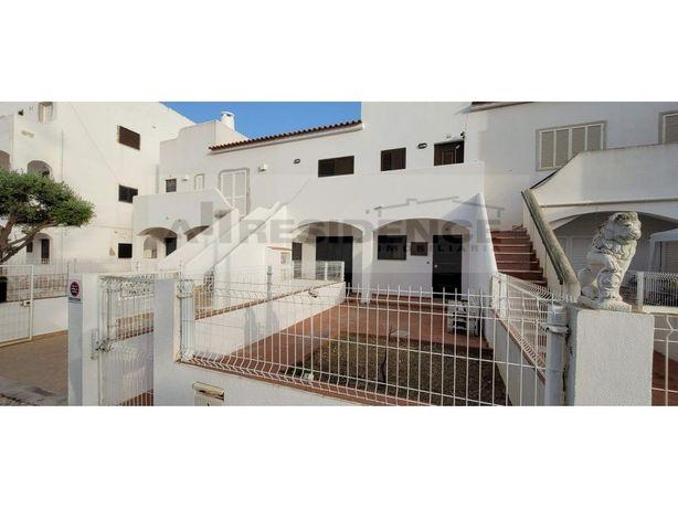 Apartamento situado no rés-do-chão com 2 logradouros ampl...