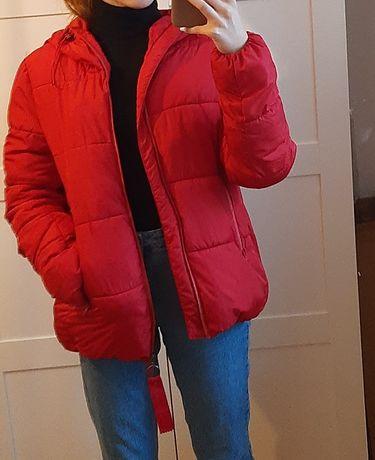 zimowa puchowa czerwona kurtka bershka S