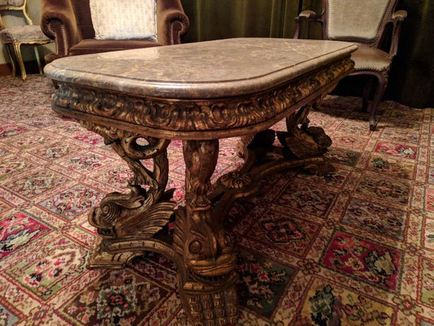 Mesa oriental em rica talha dourada