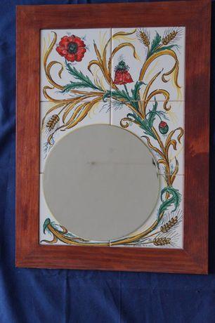 Espelho em quadro de azulejos pintados à mão