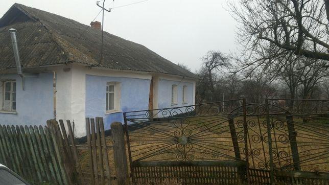 Продається земельна ділянка під забудову із глинобитним будинком.