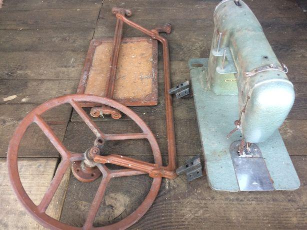 kolekcjonerska maszyna do szycia oraz elementy stołu