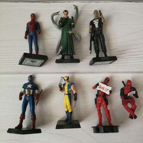 Zestaw różnych figurek z bohaterami Marvela oraz DC.